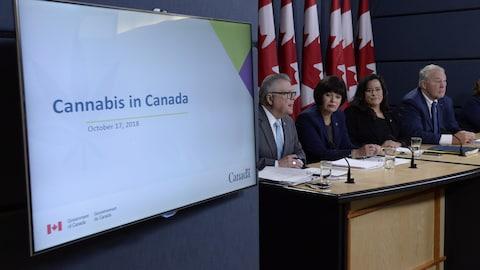 « Le cannabis au Canada », peut-on lire sur un écran situé près de la table à laquelle sont assis les quatre ministres participant à la conférence de presse.