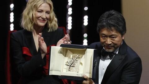 Le réalisateur japonais Hirokazu Kore-Eda a reçu la Palme d'Or du 71e Festival de Cannes. À l'arrière-plan, la présidente du jury, l'actrice Cate Blanchett.