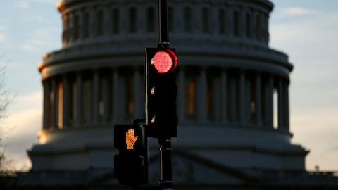 Un feu de circulation est au rouge devant le Capitole, à Washington, le 20 janvier 2018.
