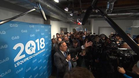 Le chef de la Coalition avenir Québec (CAQ) François Legault s'adresse à son équipe.
