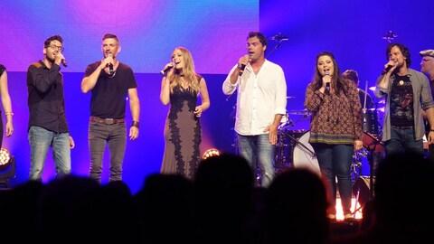Sept artistes chantent sur la scène