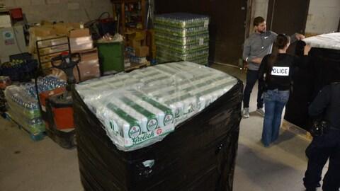 Des palettes de bières retrouvées dans un entrepôt de Ville-Lasalle.