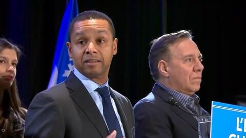 Le docteur Lionel Carmant en compagnie du chef de la Coalition avenir Québec, François Legault, et de la nouvelle députée Geneviève Guilbault.