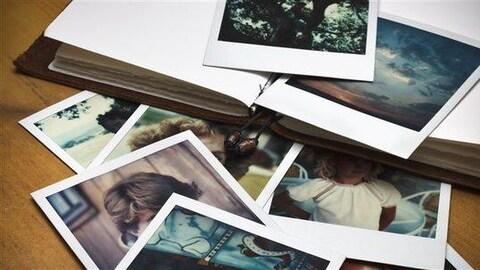 Un carnet ouvert et des photos