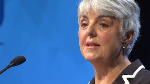 Plan serré des épaules et de la tête de Carole James.