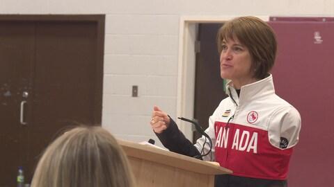 Caroline Bisson s'adresse aux élèves de l'École secondaire publique De La Salle