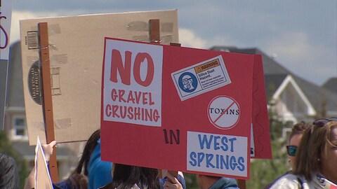Une affiche s'oppose au concassage de gravier à West Springs.