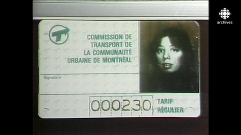 Carte d'abonnement mensuel identifée à la Commission de transport de la Communauté urbaine de Montréal avec un numéro de code et la photo d'une jeune femme dans le coin droit.