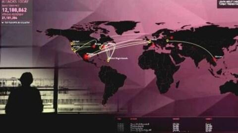 On voit une carte du monde représentant les lieux d'origine et les cibles de cyberattaques lors d'une journée typique.