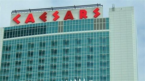 """Un bâtiment vitré en gros plan. Une enseigne """"CAESARS"""" est placée sur le toit"""