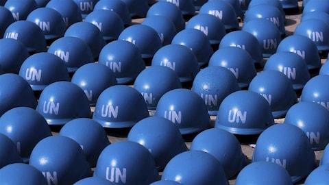 Des casques bleus, au sol.