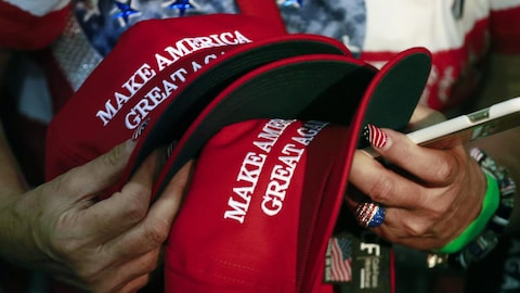 Des casquettes rouges avec le slogan «Make America Great Again»