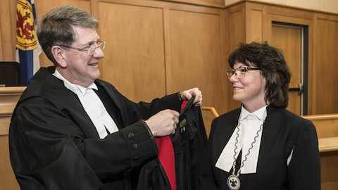 Le juge en chef de la Cour d'appel de la Nouvelle Écosse, Michael MacDonald, en compagnie de Catherine Benton, la première Micmaque à accéder à la fonction de juge dans l'histoire de la province.
