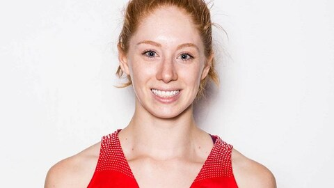 Une photo de Catherine Traer dans son uniforme de Basketball Canada.