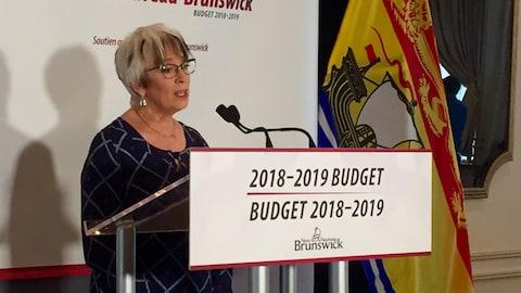 La ministre des Finances du Nouveau-Brunswick, Cathy Rogers, s'adresse aux journalistes lors du dépôt du budget provincial, mardi à Fredericton.