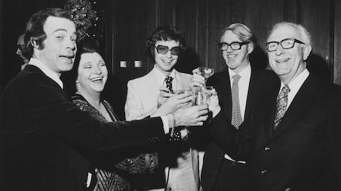 Jacques Fauteux, Lise Payette et Jacques Boulanger célébrant en compagnie de Lister Sinclair et Eugene Hallman.