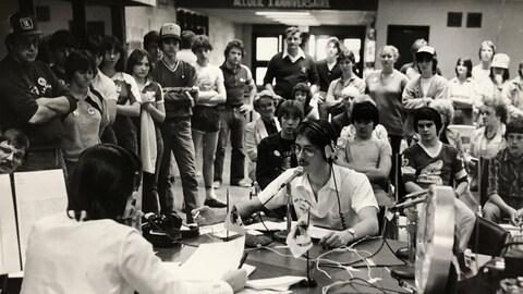 Une émission de radio enregistrée devant un public.