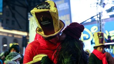Un couple s'embrasse sur Times Square lors des célébrations du Nouvel An à New York.