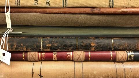 Vieux livres empilés