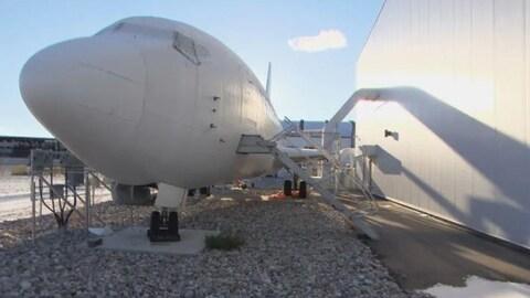 Une réplique d'avion peinte en blanc.