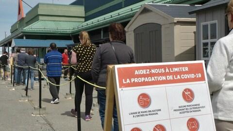 Des gens font la file devant un centre de rénovation.
