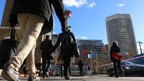 Des piétons marchent au centre-ville de Calgary.
