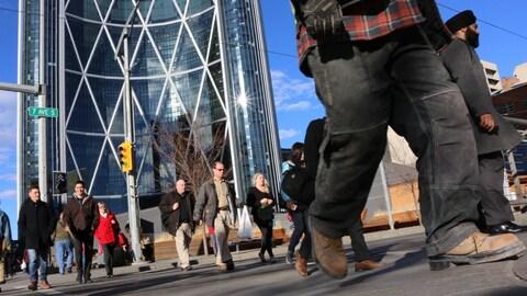 Des piétonniers marchent au centre-ville de Calgary.