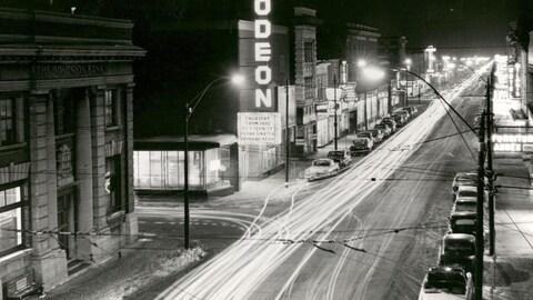 Une photo d'une ville dans les années 1950.