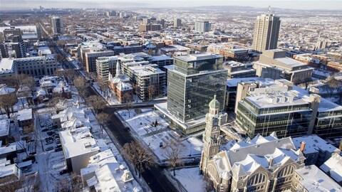 Vue en plongée du centre-ville de Québec. La photographie a été prise de jour, durant l'hiver.