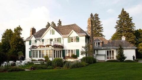 La façade de la résidence d'été du premier ministre du Canada près du Lac Meech.