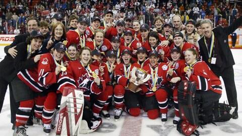 Photo d'équipe d'Équipe Canada en 2004 après avoir gagné la médaille d'or au Championnat du monde de hockey féminin.