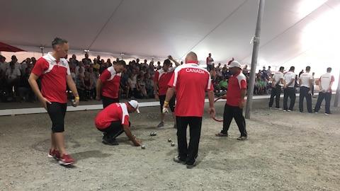 L'équipe canadienne de pétanque calcule la distance des boules de pétanque.