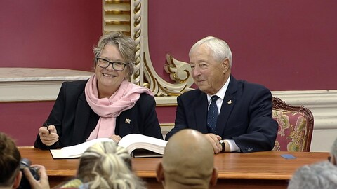 Mme Rouleau au Salon rouge, assise aux côtés du lieutenant-gouverneur J. Michel Doyon.