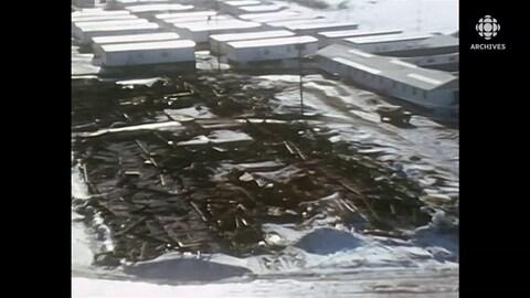 Vue aérienne des décombres de l'incendie de dortoirs sur le campement de la Baie-James.