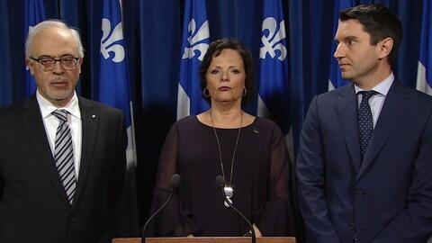 Le ministre des Finances du Québec, Carlos Leitao (gauche), la ministre ministre déléguée à la Réadaptation, à la Protection de la jeunesse, à la Santé publique et aux Saines habitudes de vie, Lucie Charlebois et le ministre des Transports, André Fortin (droite).
