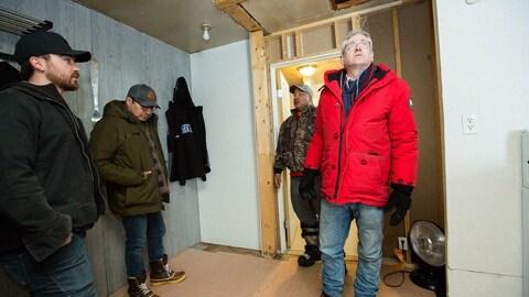 Un groupe de personnes dans une maison en construction.