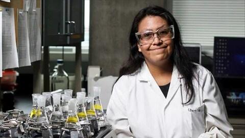 Une femme scientifique dans un bureau