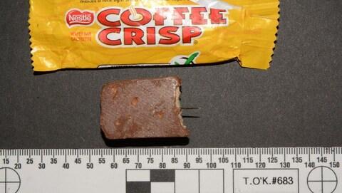 Photo de l'aiguille qui sort du morceau de chocolat.