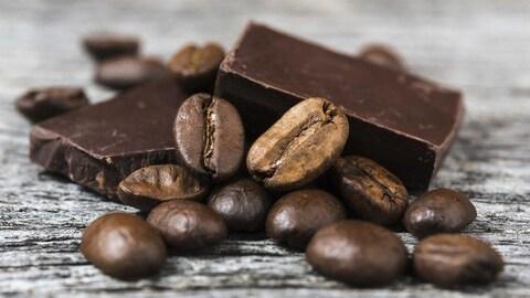 Des carrés de chocolat et des grains de café
