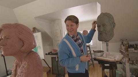 Christian Corbet travaillant sur une sculpture de l'inventeur Alexander Graham Bell.