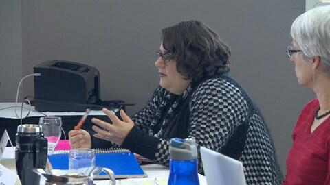 Christine Freethy s'exprime lors d'une séance de l'Assemblée des députés communautaires.