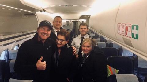 Des gens dans un avion.