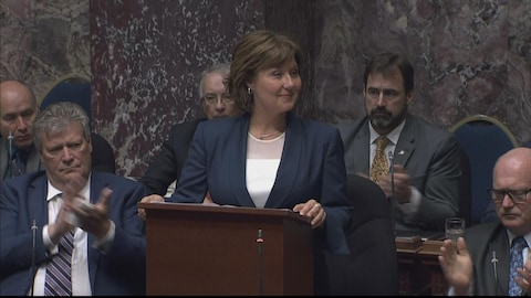 Christy Clark au podium.