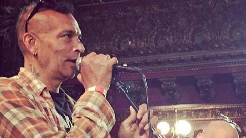 Chuck Mosley chante dans un micro