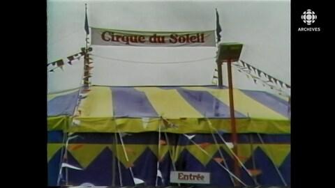 Chapiteau rayé jaune et bleu du Cirque du Soleil.