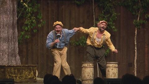 Les personnages de Citrouille et Peigne, bras dessus-dessous, en train de chanter.