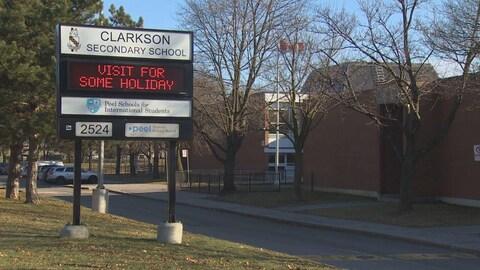 L'affiche à l'entrée d'une école secondaire