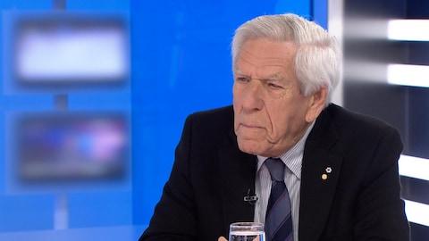 Claude Castonguay est en entrevue sur le plateau de l'émission 24/60.