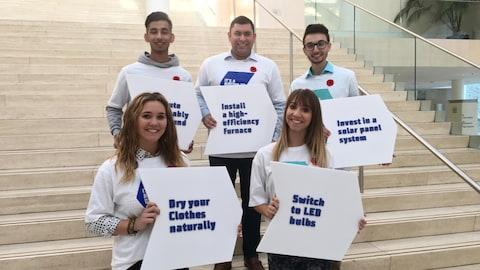 5 étudiants qui tiennent des pancartes pour soutenir le programme Change for Climate