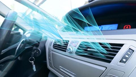 De la vapeur bleue sort des fentes d'un climatiseur dans une automobile.